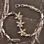 สร้อยข้อมือทองคำขาวประดับเพชร CZ สวิสสีหวาน ดีไซน์ดอกไม้ น่ารักมากๆ ค่ะ