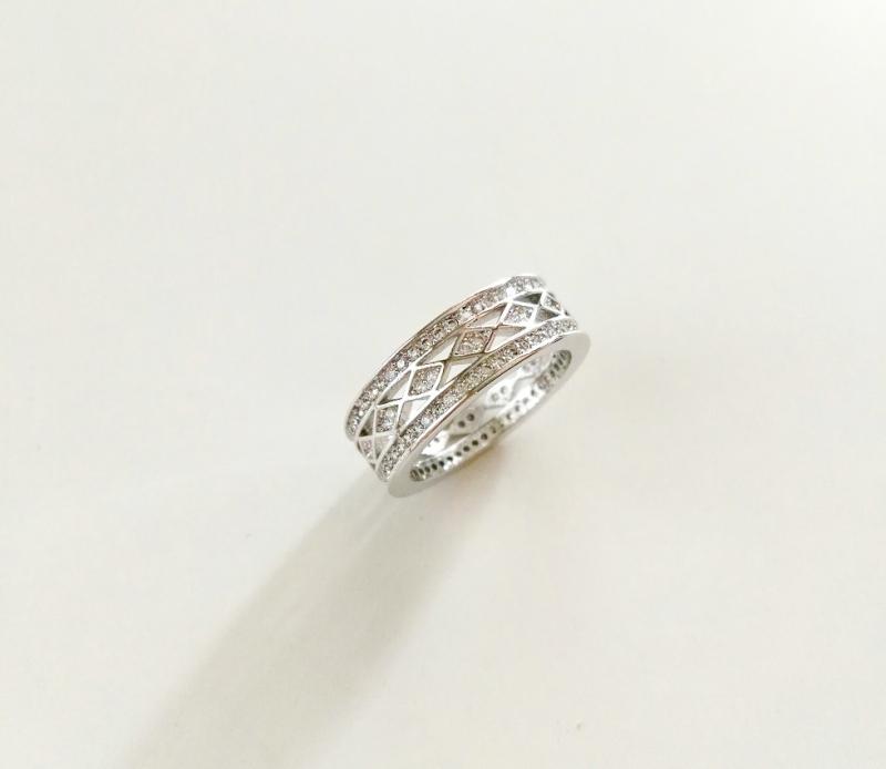 แหวน 18k platinum plated ประดับเพชร CZ รอบวง ดีไซน์ Unisex เหมาะกับทุกเพศค่ะ