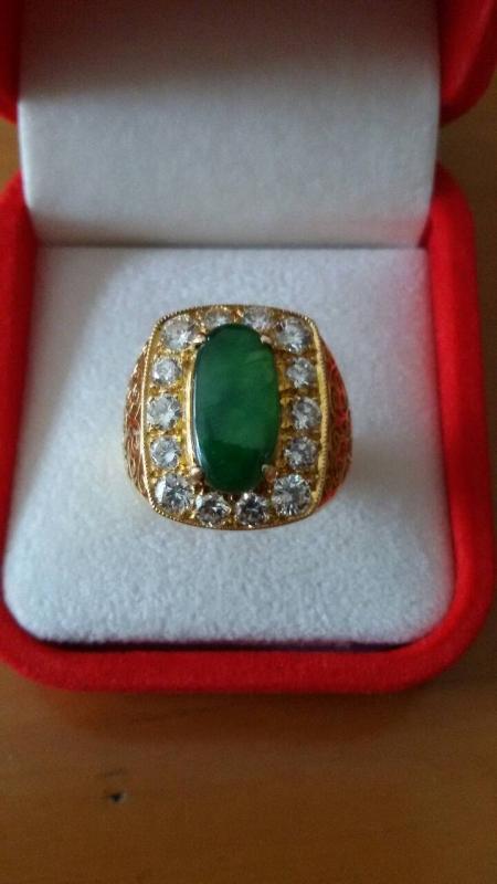 * แหวนเพชรแท้  เพชร 14 เม็ด พร้อมตัวเรือน  ฝังหยกเขียวแท้ อย่างดี น้ำสวยมาก  ราคาถูกพิเศษ